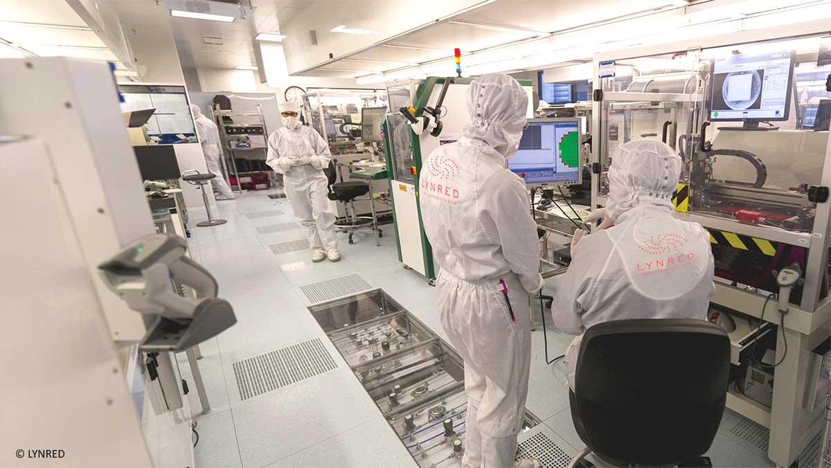 Travail en salle blanche, équipée du logiciel MES Qualaxy SPC d'Infodream, chez Lynred, leader mondial dans le développement et la production de technologies infrarouges de haute qualité